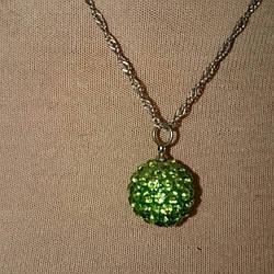 Кулон с зелеными камнями