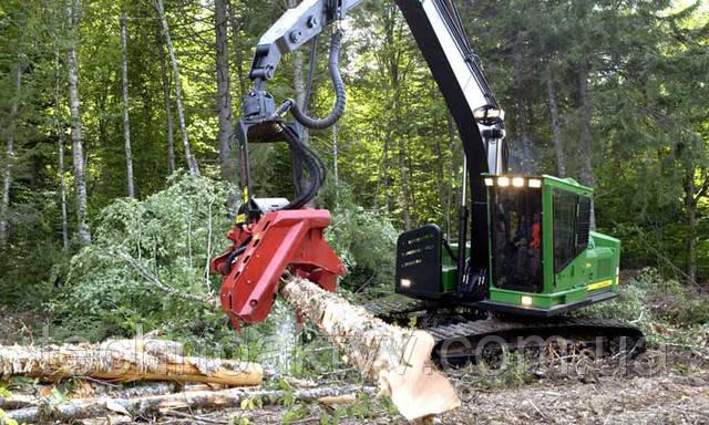 Машины с поворотной платформой  Годы работы в лесу и накопленный опыт позволили внести серьезные модификации, повышающие производительность и надежность техники John Deere. Данные улучшения нашли воплощение в машинах с поворотной платформой. Усиленные элементы конструкции и ответственные узлы с большим запасом прочности обеспечивают высокую работоспособность и долговечность. Защищенная ходовая часть, эффективный дизельный двигатель и мощная гидравлическая система позволяют лесному экскаватору работать с максимальной производительностью даже в самых суровых условиях.   Гусеничные харвестеры и процессоры представляют собой комплексное решение, в котором высокая надежность базовой машины сочетается с удивительной точностью систем измерения TimberRite и работоспособностью харвестерных головок Waratah, устанавливаемых на заводе. Гидравлическая система этих машин спроектирована таким образом, чтобы обеспечить максимальную производительность навесного оборудования.   Лесопогрузчики оснащаются широким спектром захватов, используемых для погрузки, как хлыстов, так и сортиментов. Для обеспечения максимальной обзорности рабочей зоны погрузчики оснащаются кабиной, специально разработанной для лесозаготовительной техники, установленной на проставку. Высокий момент поворота платформы обеспечивает высокую производительность и минимальное время цикла.