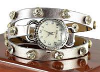 Серебристые часы на длинном ремешке