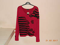 Малиновый пуловер с полосками