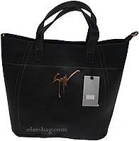 Черная сумочка с золотой брошкой