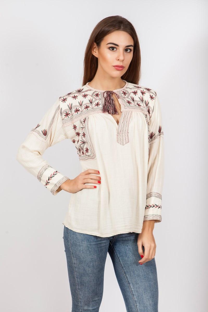 Блуза женская кремового цвета с вышивкой
