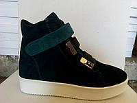 Замшевые зеленые женские ботинки.