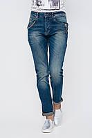 Женские джинсы синего цвета с эффектом потертости