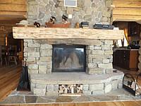 Камин в стиле кантри гармонично дополнил интерьер дома из дикого сруба. В данном изделии установлена стальная каминная топка итальянского производства PIAZZETTA MA 262 SL с размером портала 90 на 70 сантиметров.