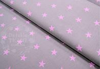 Лоскут ткани №490 ткань с розовыми звёздами 26 мм на сером фоне