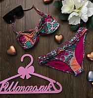Пестрый раздельный купальник по типу классического бикини с ярким цветочным принтом