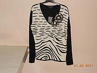 Черно-белый свитер с цвеком из фетра