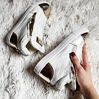 Теплые ботинки цвет белый ,золотой носик и задник