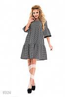 Темное присобранное платье-трапеция в мелкий геометрический принт