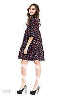 Темное присобранное платье-трапеция в яркий цветочный узор