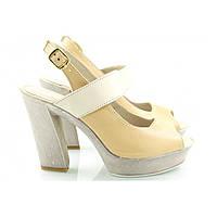 Женские бежевые босоножки на каблуке с застежкой и белой шлейкой, фото 1