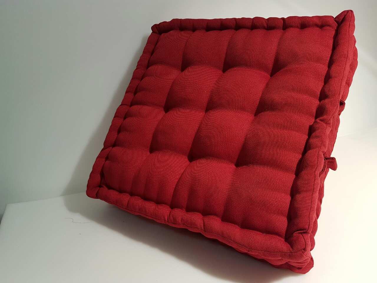 Об'ємна квадратна подушка з втяжки