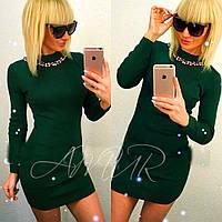 Модное зеленое трикотажное приталенное платье с украшением. Арт-2007/82