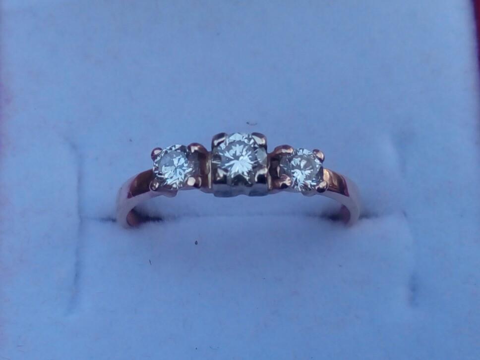 Женское золотое кольцо с тремя бриллиантовыми вставками