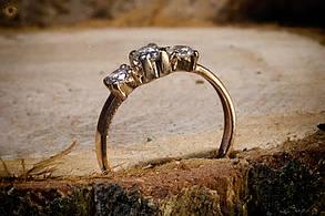 Женское золотое кольцо с тремя бриллиантовыми вставками, фото 2