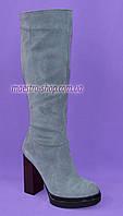 Сапоги женские демисезонные из натуральной замши серого цвета на высоком каблуке, без фурнитуры