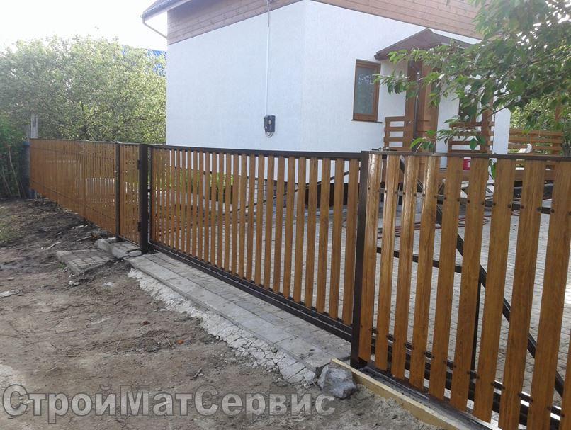 Откатные ворота и забор из металлоштакетника под дерево