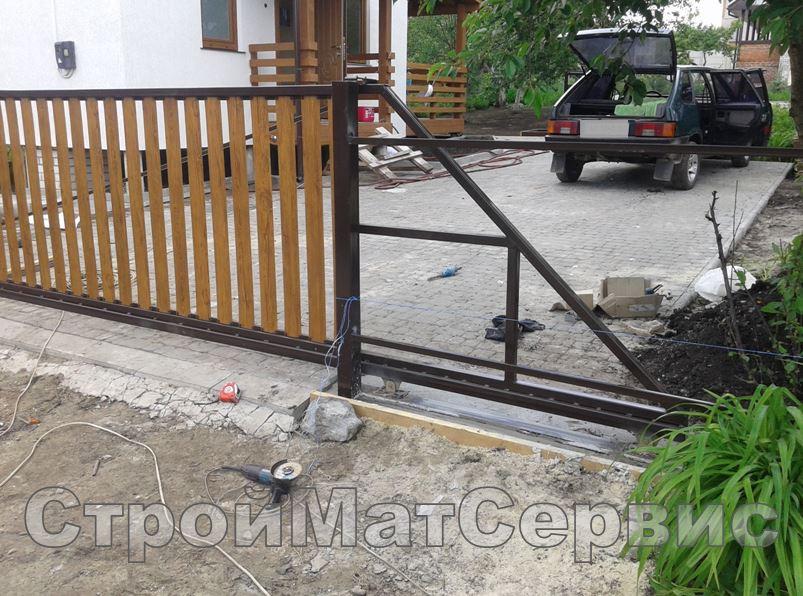 Откатные ворота и забор из металлоштакетника под дерево 2