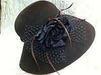 Коричневая шляпа с большими  полями c  цветком из бархата ,перьев и  декоативной сетки