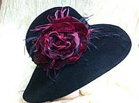 Шляпа с большими  полями c  цветком из бархата ,перьями и широкой атласной драпированой лентой