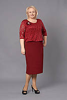 Праздничное женское платье украшено брошью бордового цвета