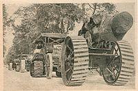 Трактор Катерпиллер, буксирующий орудия на фронте ПМВ (1916)