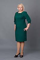 Красивое женское платье с золотистым украшением зелёное