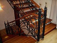Деревянная лестница с кованными элементами