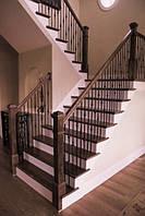 Деревянная лестница на бетонном основании