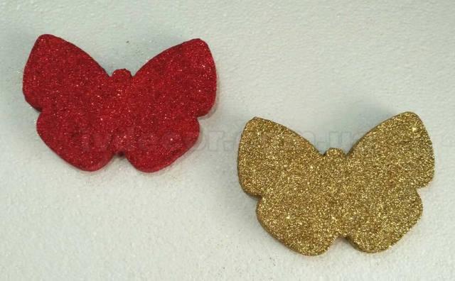 Бабочка из пенопласта покрытая глиттером красного и золотого цвета.