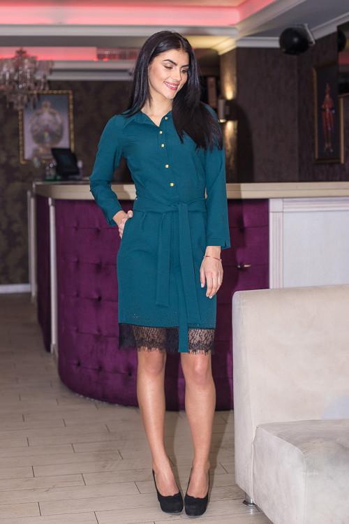 Красивое однотонное платье с кружевной отделкой по низу