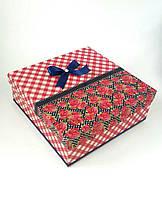 Большая квадратная подарочная коробка ручной работы в красно-белую клеточку с розами