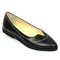 Женские кожаные туфли с заостренным носком, декорированы фурнитурой.
