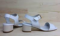 Женские кожаные босоножки белого цвета на невысоком каблуке. Возможен отшив в других цветах кожи и замши, фото 1