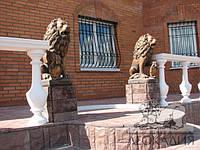 Садовая скульптура «Лев со щитом» (левый)