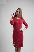Качественное трикотажное платье прямого покроя красного цвета с бусинками
