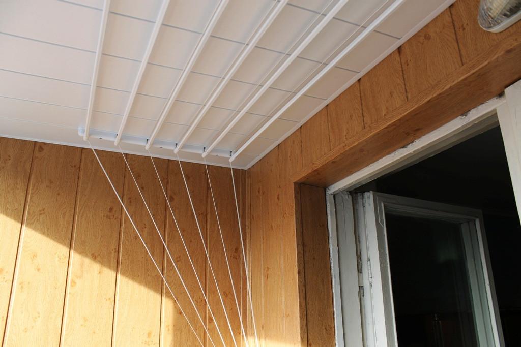 обшивка потолка белой бесшовной вагонкой
