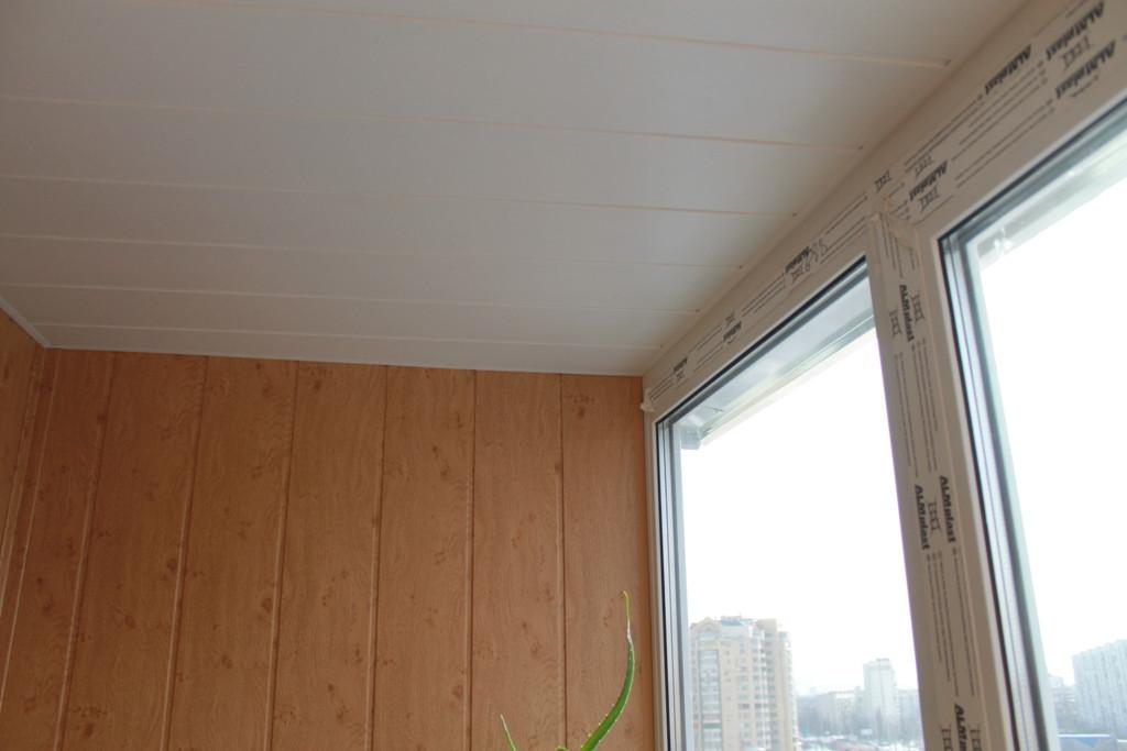 обшивка потолка белой бесшовной вагонкной