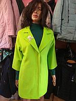 Пальто салатовое с брошкой