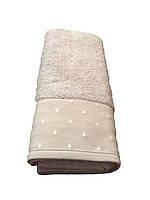 Стильное банное полотенце с отделкой горошек  нежно серого цвета