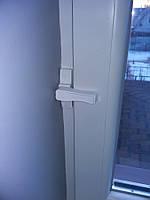 Блокирующий фиксатор на окно от взлома грабителями.