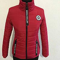 Яркая женская куртка приталенного силуэта красного цвета