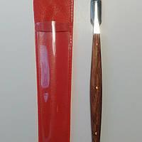 Маникюрная лопатка с деревянной ручкой.