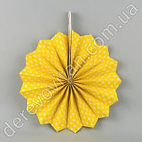 Подвесной веер, желтый в мелкий горох, 30 см - бумажный декор-розетка