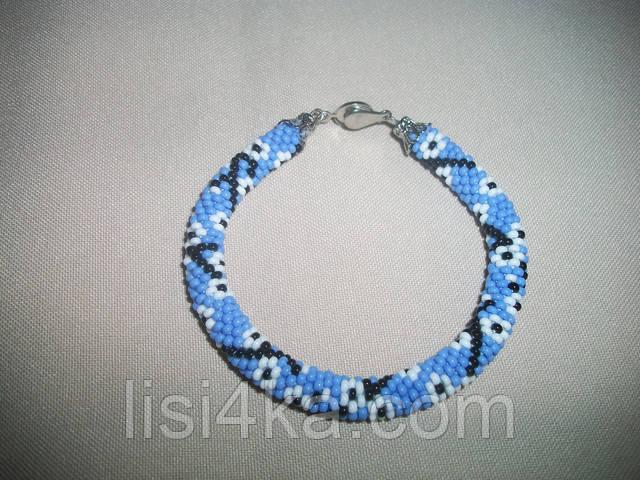 Весенний браслет из бисера с белыми цветами на голубом фоне