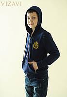 Детская кофта спортивная.Ткань : двух нитка петля -турецкая , высокого качества.  Змейка - металл , отделка эко-кожа(лак) Значок - вышивка  Размер 3:
