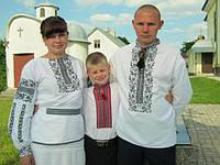Українська сім`я зі Львова в комплекті вишиванок з сокальськими мотивами.