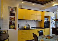 Желтая кухня с пеналом и барной стойкой, фото 1