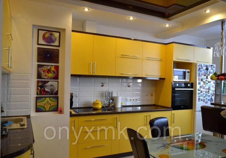 Желтая кухня с пеналом и барной стойкой